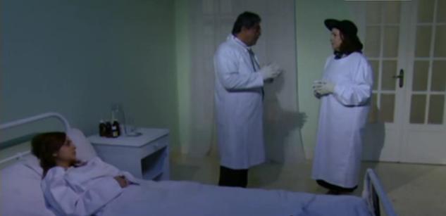 صورة الأم التي تطوعت كممرضة في قسم المصابين بالكوليرا وهي ترتدي قبعة